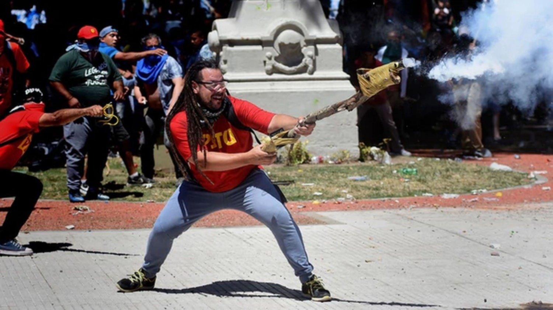 Se entregó el militante que agredió a un policía con una lanza