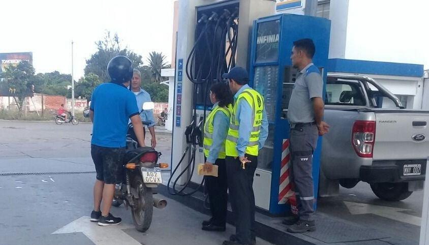 Desde el lunes, sin casco no  podrán  cargar nafta
