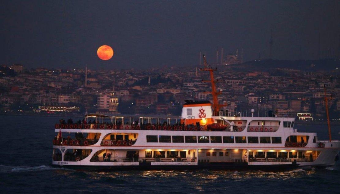 Un barco navega por el Bósforo, en Turquia.