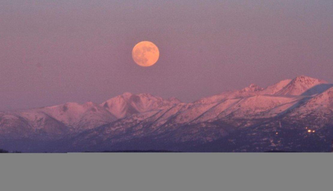 La Luna sobre las montañas Chugach, en Alaska.