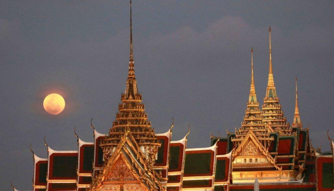 La luna detrás del Gran Palacio de Bangkok, Tailandia.