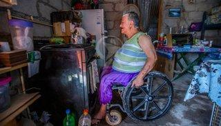 María tiene distrofia muscular y clama por una silla de ruedas a motor