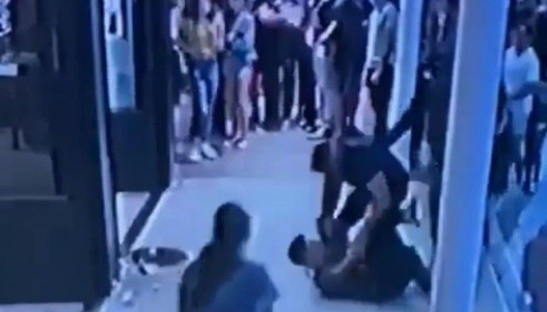 Turista tumbó a un mozo porque no lo atendía — Video Pinamar