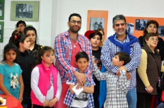 pareja gay adopta 6 hermanos
