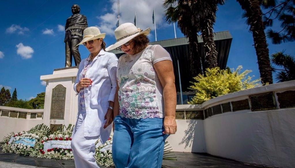 Lucía y Silvia Romero, hijas del exmandatario, en el acto en Limache.