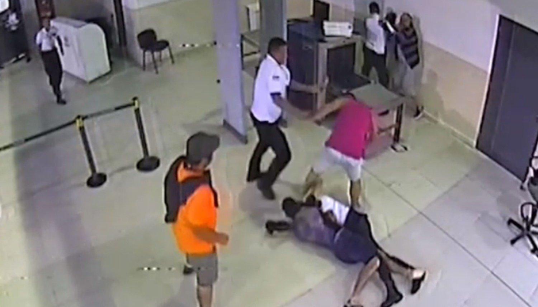 Brutal pelea entre tres pasajeros y la policía aeroportuaria