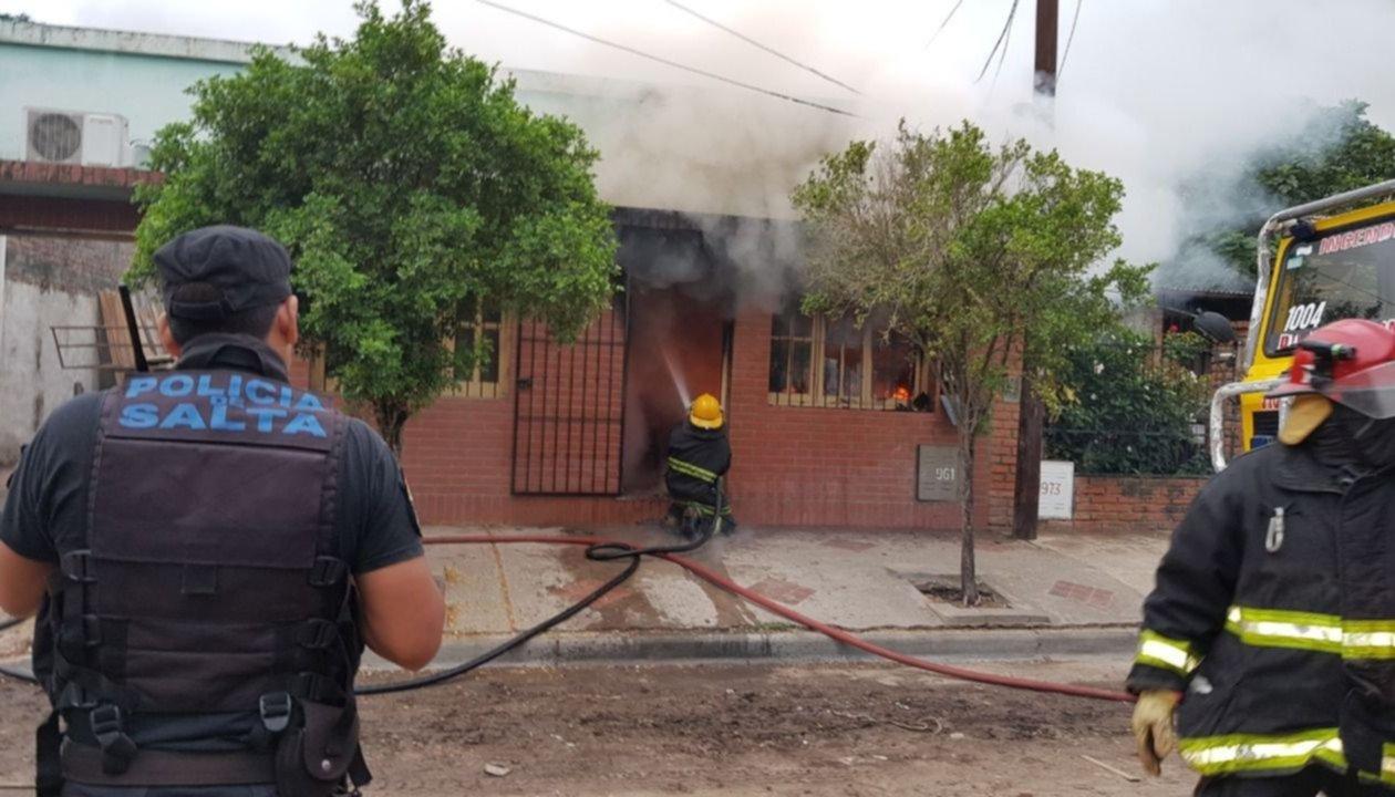 Se incendió una carpintería en Orán: dos bomberos resultaron heridos