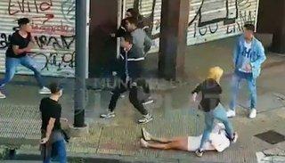 Video. Brutal pelea: Una mujer le pateó la cabeza a una joven y la dejó inconsciente