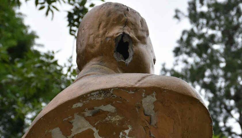Destrozaron el busto de Yrigoyen