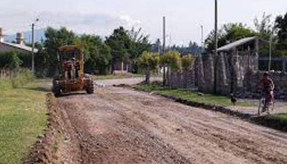 Reparan caminos y  avanzan con obras