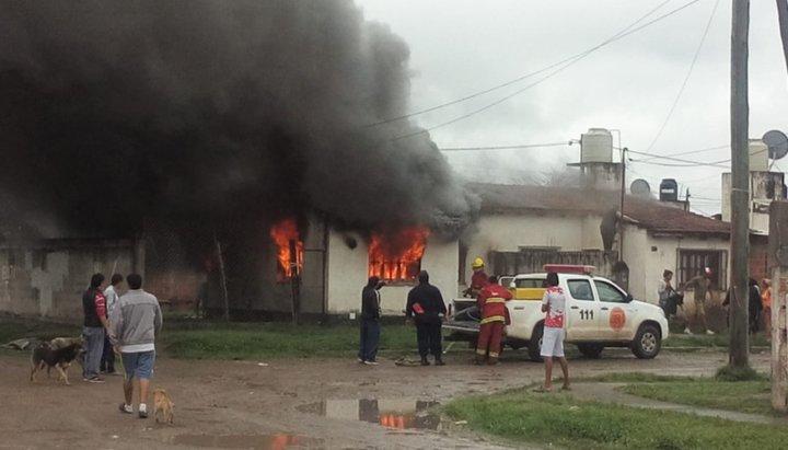 Tristeza y desolación: una familia perdió todo tras el incendio de su casa en Finca Valdivia