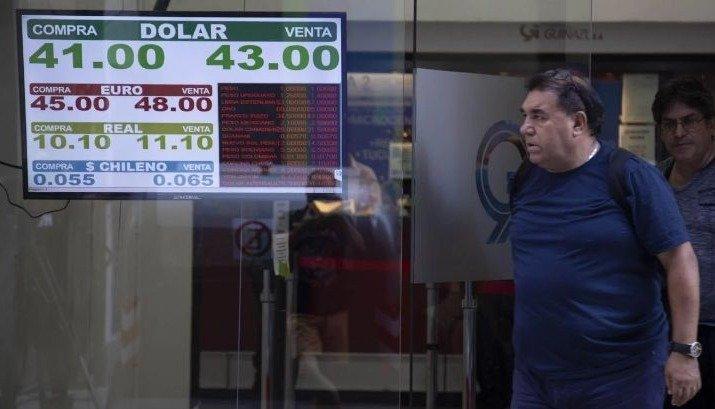 El desplome de las monedas emergentes presionó al dólar: saltó 2% y rozó los $43