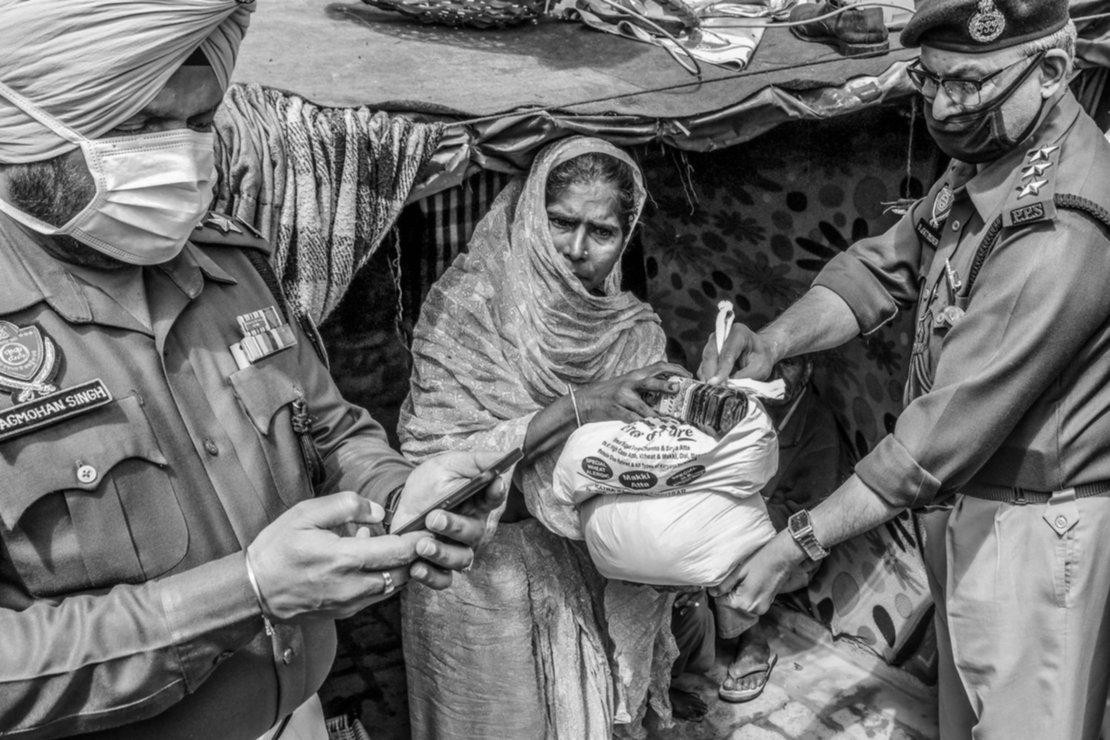 La policía de India reparte comida a los necesitados en el primer día de cuarentena.