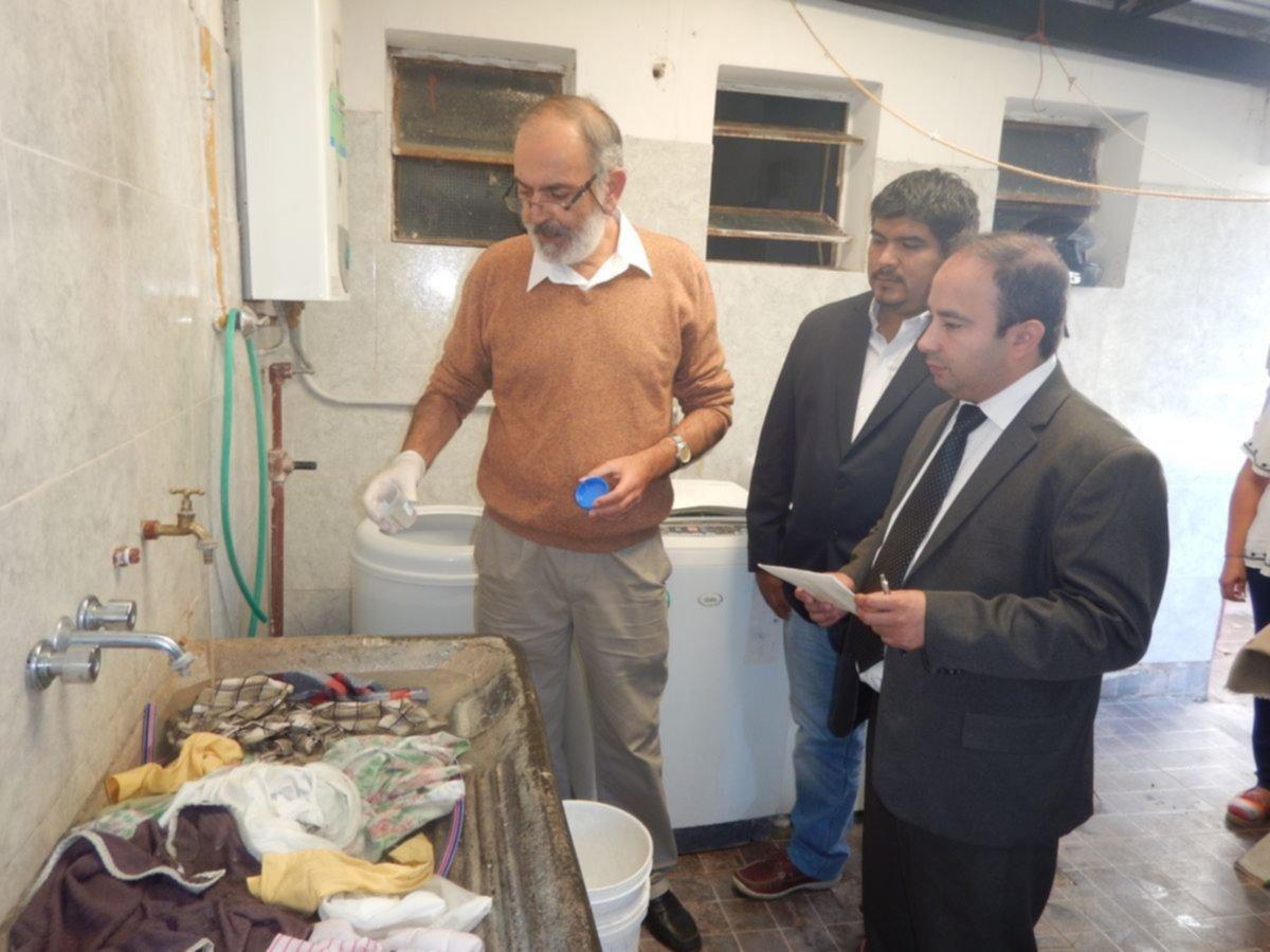 Gente de la UNSa tomó muestras del agua en casas y en instituciones