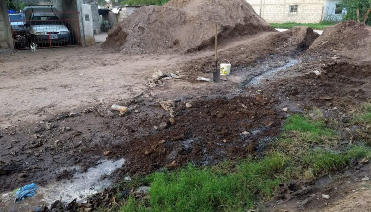 Vecinos  indignados  por pérdidas de agua