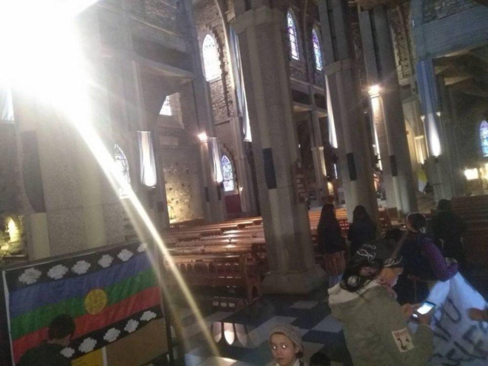 Un grupo de mapuches tomó la Catedral de Bariloche