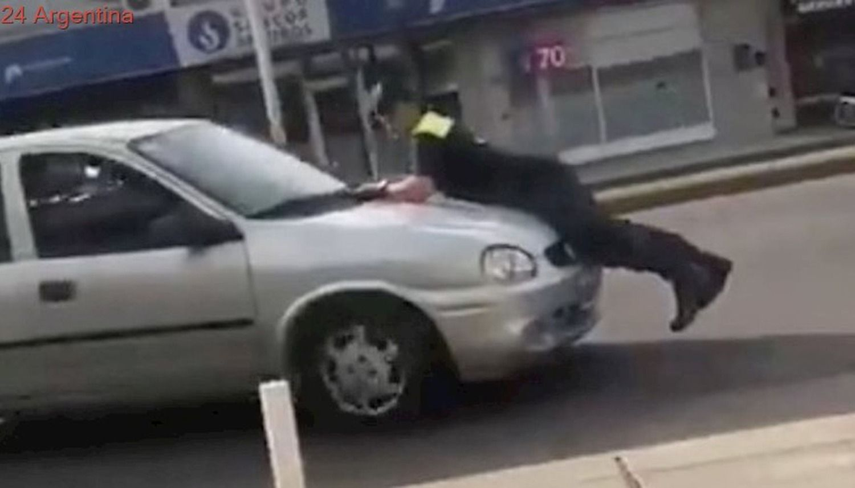 Quiso evitar una multa y atropelló a un agente