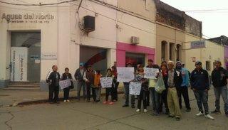 Vecinos protestaron por los tarifazos y la mala calidad del agua