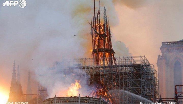 Incendio en Notre Dame: el momento en que cae la aguja de la torre principal