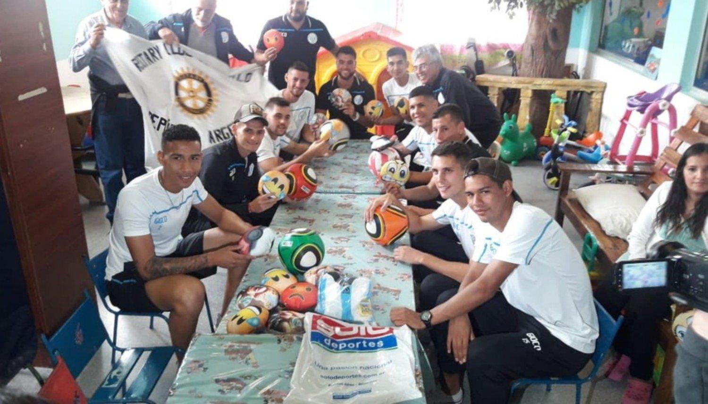 Los jugadores de Argentino de Merlo visitaron a los chicos en el Materno Infantil