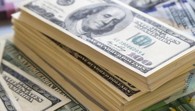 Frenan al dólar en $46,13 con suba de tasas al 71%