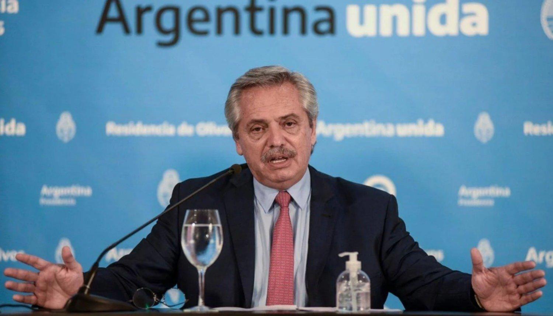 Presidente de Argentina dispone medidas tras largas filas en bancos