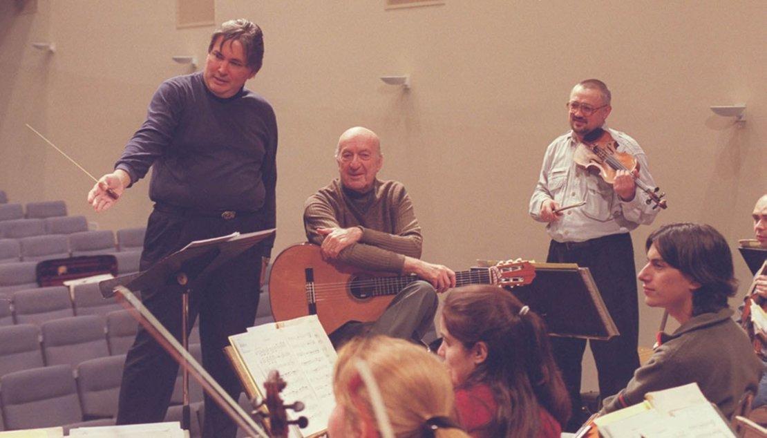 Eduardo Falú durante la ensayos previos, al primer concierto.