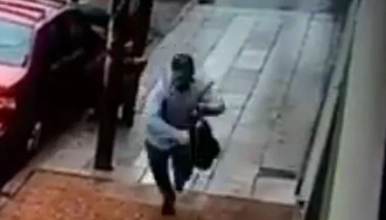 Le golpearon la cabeza contra un poste para robarle la cartera