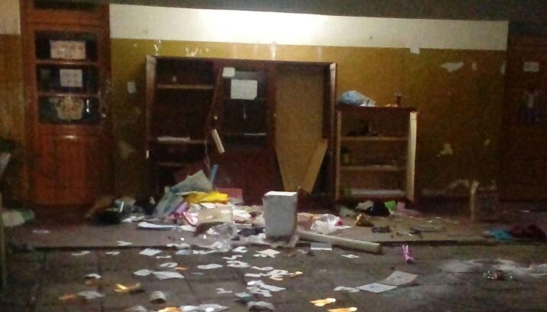 Causan destrozos en una escuela