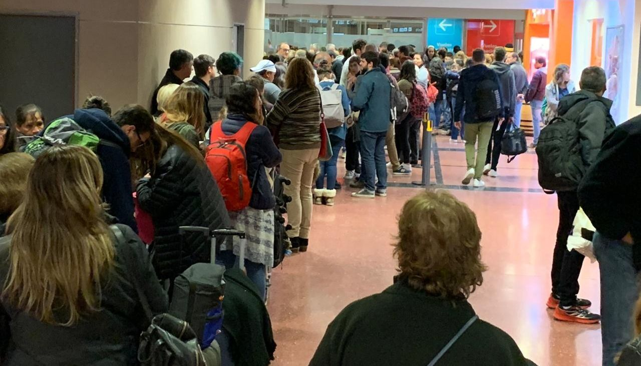 Malestar de pasajeros por largas filas en el aeropuerto Martín Miguel de Güemes