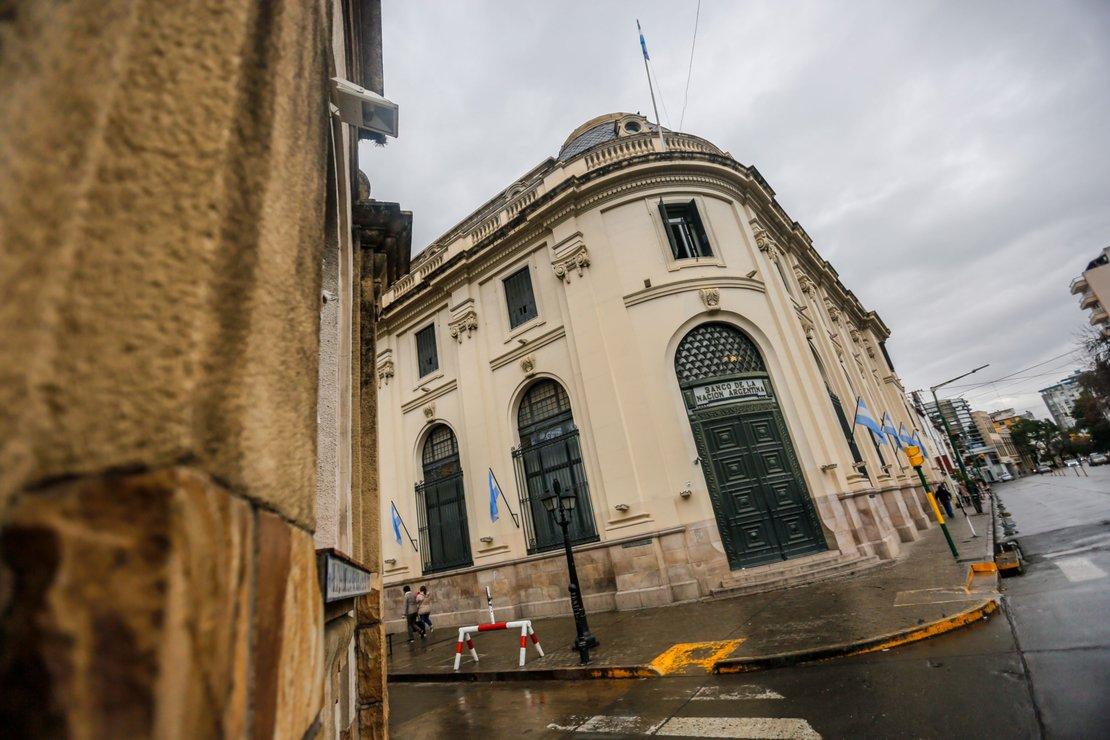 El banco Nación cerrado y la avenida Belgrano desierta. Foto Javier Corbalán