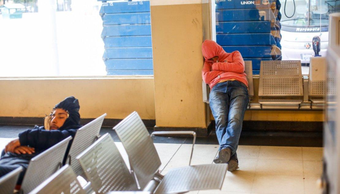 Durmiendo en la Terminal de ómnibus. Foto Javier Corbalán