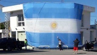 Una bandera gigante engalanó el 25 de Mayo en Cerrillos