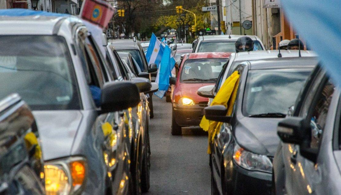 Marcha de vehículos en la calle Córdoba. Pablo Yapura