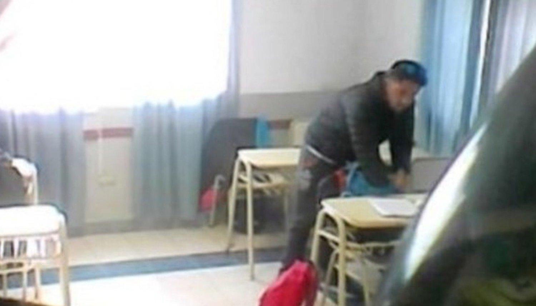 Con una cámara oculta escracharon a un profesor robando en un aula
