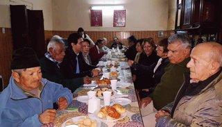 Solís desayunó con los abuelos del asilo