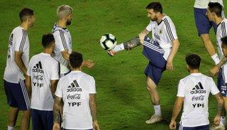 Argentina reinicia el sueño de ser campeón con un debut difícil frente a Colombia