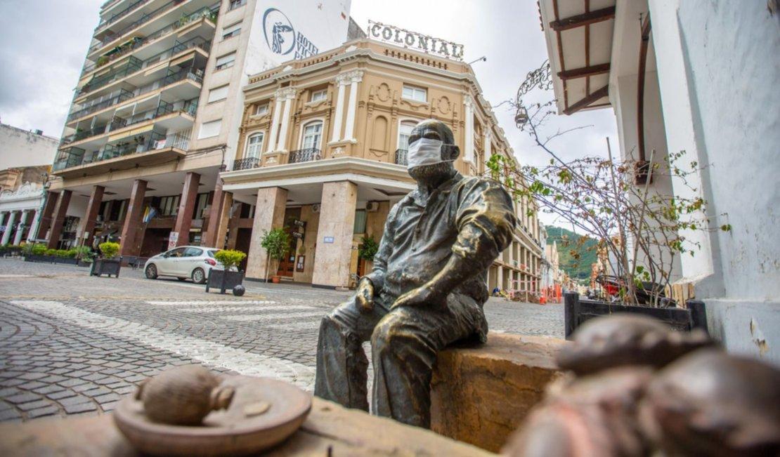 1) Hasta la estatua del recordado Cuchi Leguizamón terminó con un barbijo, en los primeros días de la rígida cuarentena a fines de marzo pasado. Foto: Javier Corbalán