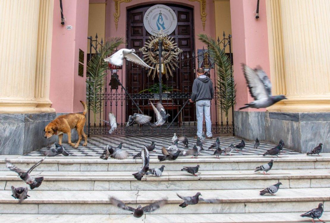 7) Sacaron la imagen del Señor del Milagro a la puerta de la Catedral. Los salteños se paraban a rezar. Foto: Javier Corbalán