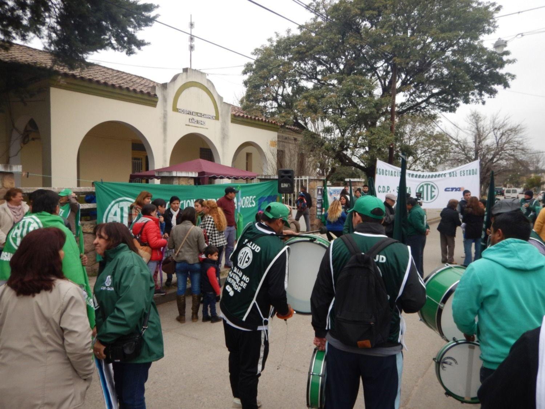 Protesta de empleados frente al hospital Del Carmen, de Metán