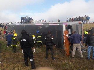 Tucumán: 13 muertos tras el vuelco de un micro con un contingente de jubilados que iba a Termas de Río de Hondo