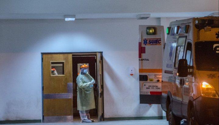 Una trabajadora del hospital Papa Francisco, con COVID-19