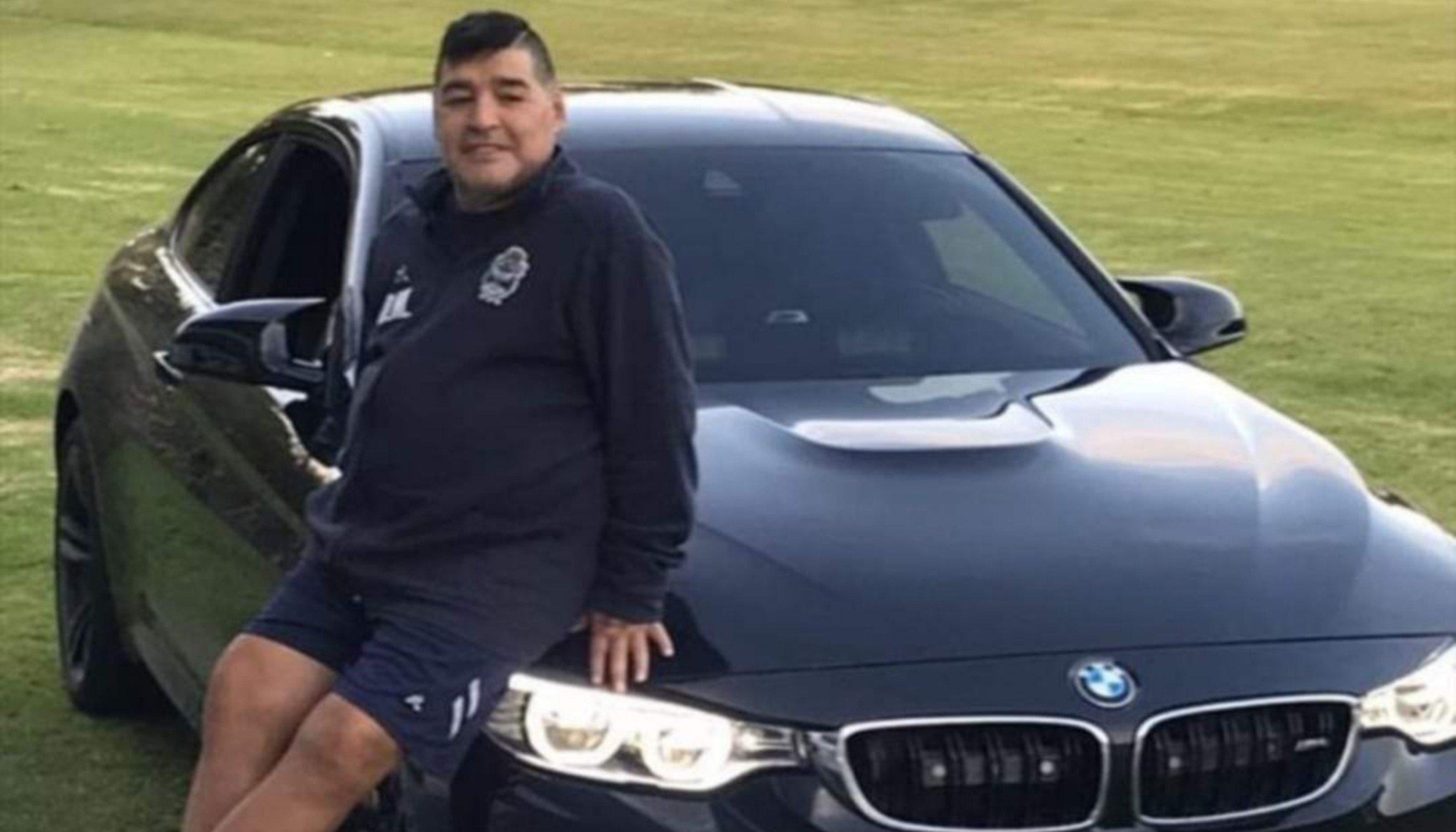 El lujoso auto de Maradona con sirena de patrullero — Imperdible
