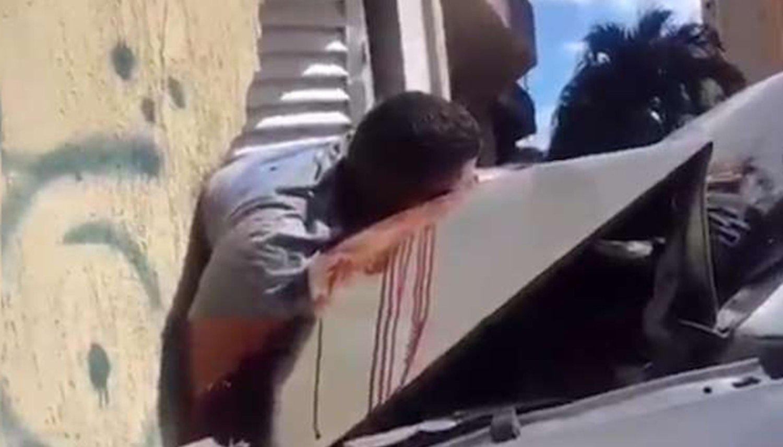 Un conductor aceleró y aplastó contra una pared a dos motochorros