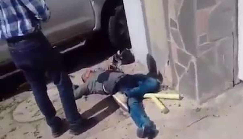 Conductor aplasta contra la pared a asaltantes