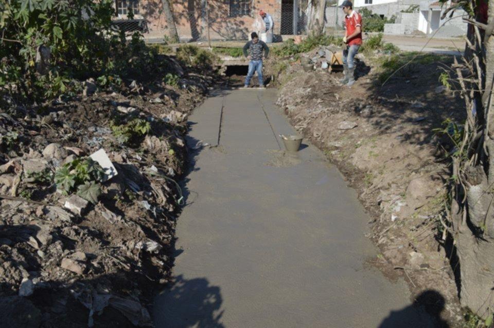 Revisten un canal, pero dejan sin agua a vecinos y animales