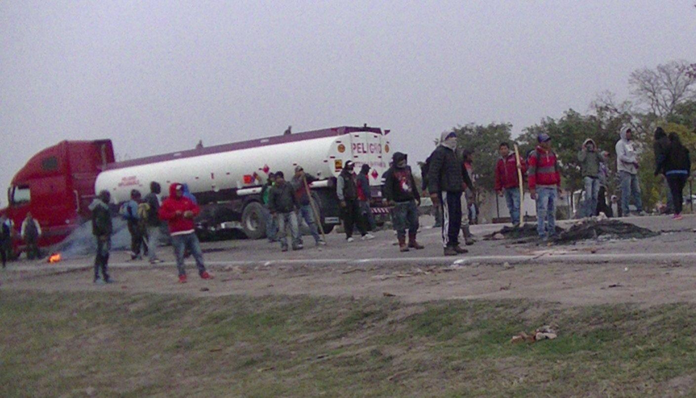 Piquete violento:Intentaron quemar un camión  cisterna lleno de combustible