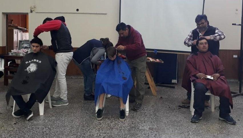 Peluqueros cortan el  pelo por $50 y donan todo lo recaudado