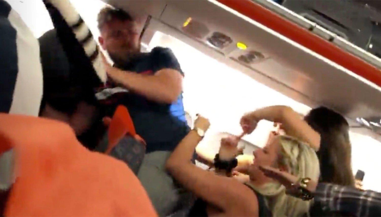 Mujer ebria desata descomunal trifulca en pleno vuelo a Ibiza | VIDEO | FOTOS — Facebook