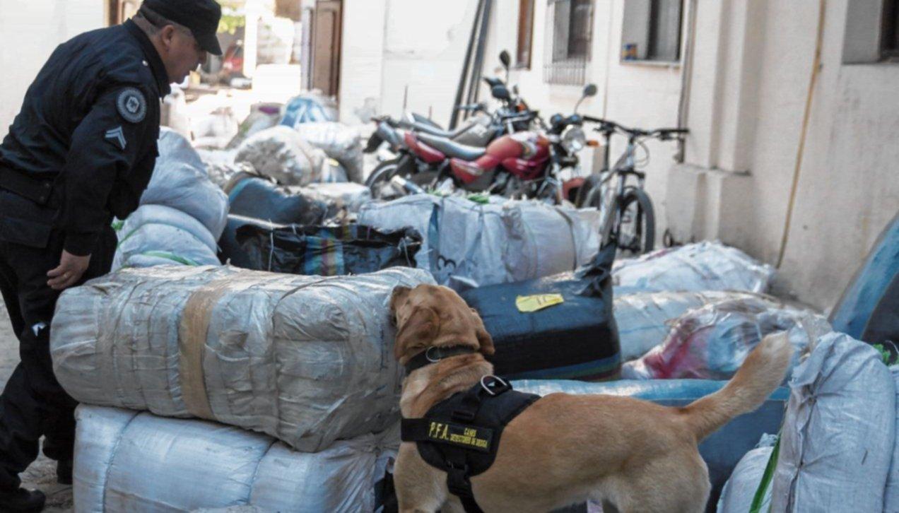 Hallaron droga en un  camión con ropa decomisada